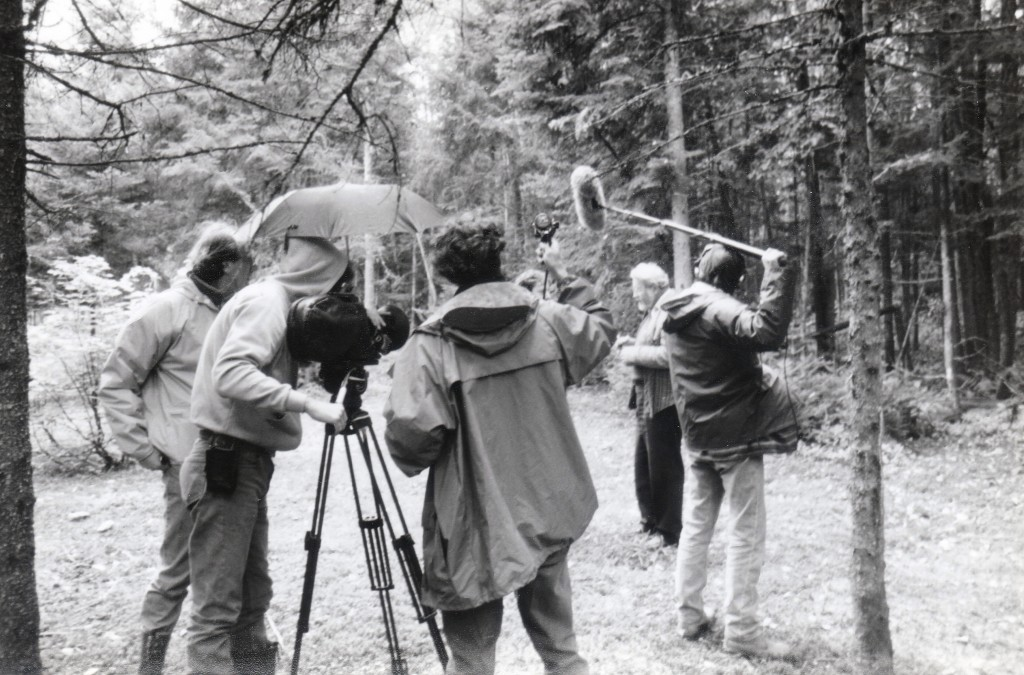 Sous la pluie, une équipe documentaire en tournage